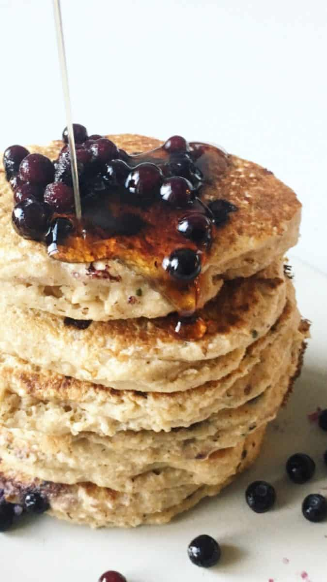 THE HEALTHIEST FLUFFIEST BLUEBERRY PANCAKES {GLUTEN FREE, SUGAR FREE} (for breakfast in bed, of course)